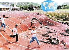 Déformations du terrain sour un stade. Séisme de Kobé au Japon.