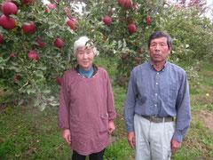 ↑立派なりんごの前でパチリ、の岡田ご夫妻