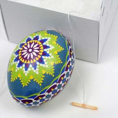 Verpackung für ein Osterei mit Bändchen