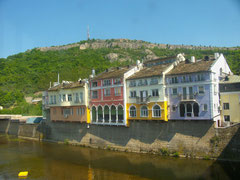 Schöne Stadt mit überdachter Brücke im Norden von Bulgarien