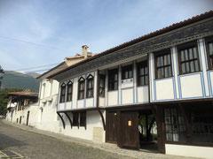 Kleines Städtchen mit historischem Zentrum im Rosental in Bulgarien