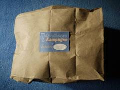 Cordhose verpackt in einer Papiertüte