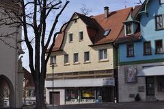 """Im Haus Lindenstraße 14, heute """"Am Kührain"""",  bewohnte Familie Landauer das erste Obergeschoss, die Hauseigentümerfamilie Keuerleber das Erdgeschoss. Links ist auf dem Foto die Mörikeschule angeschnitten, Foto: Manuel Werner, 2013, alle Rechte vorbeh."""