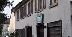 """In der Plochinger Straße 10 (heute Aufschrift """"Getränke Müller"""") lebte der jüdische Viehhändler Heinrich Herrmann mit seiner Familie von 1911 bis 1936, Foto: Manuel Werner, 2013"""