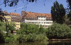 """Evangelisches Stift zu Tübingen vom Neckar aus gesehen, Foto: Michael Fiegle, Lizenz: Creative Commons Namensnennung-Weitergabe unter gleichen Bedingungen Deutschland"""" in Version 3.0 (abgekürzt """"CC-by"""