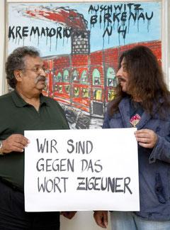 Prof. Rudi Sarközi & Harri Stojka stehen vor einem Bild von Prof. Karl Stojka (Harri Stojkas Onkel), Foto: Bettina Neubauer, mit freundlicher Genehmigung