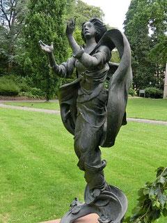 """Im Park des Kreispflegeheims Hub erinnert die Bronzeplastik """"Assunta"""" (Mariä Himmelfahrt) an die 526 Patienten der Hub, die 1940/ 41 nach Grafeneck deportiert und dort ermordet wurden. Eine dieser Pat"""