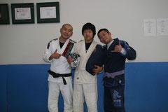 真中が長谷川君、右が森田さんです