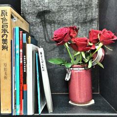 本棚と バラ