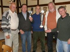 Manfred Macher überreichte den stolzen Hospitälern Willi Knoop, Reinhold Pralle, Rolf-Robert Gorzejewski und Robert Besser den Wanderpokal.