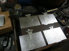 錫の板をひたすら鋳造量産中!