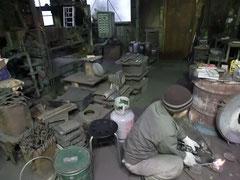 鋳物の工房内を見学