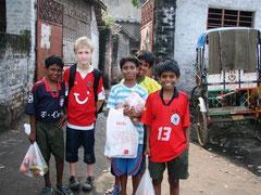 Leon mit Projektjungen in Kalkutta