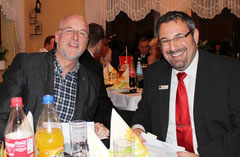 Johann Hansen mit Andreas Palioudakis bei der Spendenübergabe