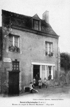 Sa maison natale vers 1920