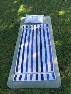 Yogamatte auf dem Rasen