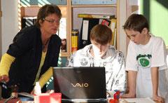 Anke (links) vom Schülerfloh-Team bei einer Schulung in Büppel.