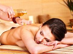 Aroma-Öl-Wohlfühl-Massagen mit  warmen zart duftenden Ölenä