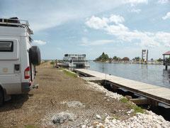 Wir stehen an der Hafeneinfahrt zur Cucumber Beach Marina/Old Belize