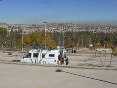 In Durango stehen wir am riesigen Parkplatz des interaktiven Museums bebeleche - mit Blick über Durango und den umliegenden Hügeln