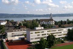Freienbach mit Schulhaus und Kirche
