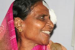 Indische Frau nach der Augen-Operation
