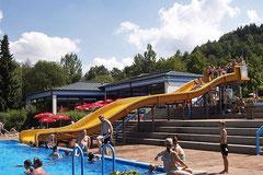 Freibad mit Wasserrutsche