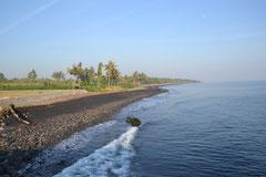 Die dunklen Strände im Norden von Lombok
