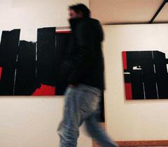 Visitante a Gates en Galeria Octógono. Fotografía de Mara Villamuza