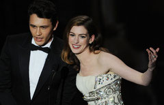 James Franco y Anne Hathaway intentando animar el cotarro.