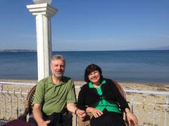 Bernhard und Karin vor dem Meer in Richtung Europa
