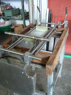 Primo piano di un classico telaio per carrelli saliscale Ipociclo TCS / Elviotrolley .