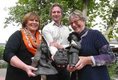 Pastor Marcus Buchholz zeigt mit den stolzen Kreativen Ekka Lühring und Ilse Lente die ersten Figuren