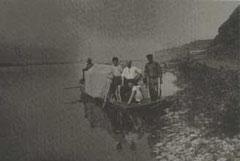 Отряд экспедиции при поездке на лодке по р.Лене. 1927 г.