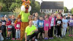 Au départ d'une course pour enfants avec la mascotte du trail