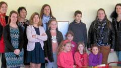 Enfants et parents en visite. À gauche la directrice Emmanuelle Sagorin.