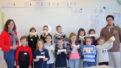 Les élèves de Cécile Darblade, jeudi matin, se sont initiés à la fabrication de marionnettes, sous la direction de Nicolas Saumont