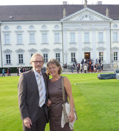 Elfi und Manfred Sestendrup in Berlin vor dem Amtssitz des Bundespräsidenten Schloss Bellevue.