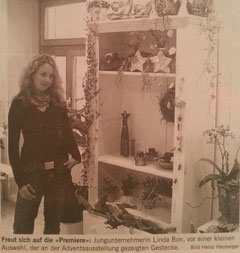 """Freut sich auf die """"Premiere"""": Jungunternehmerin Linda Bon, vor einer kleinen Auswahl, der an der Adventsausstellung gezeigten Gestecke."""