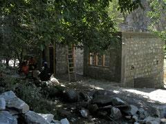 村に建設中の予算200万ルピー集会所