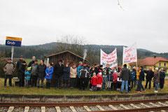 Am 12.12.2015 warteten zahlreiche Bürger der Dorfgemeinschaft Prosdorf/Moosdorf/Grub vergeblich auf einen haltenden Zug.