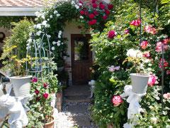 薔薇の花で飾られたエントランス・・・
