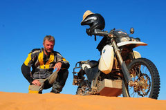 """Auf der """"Big Red"""" Sanddüne nähe Birdsville im Outback Australiens."""