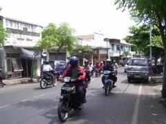 dichter Straßenverkehr in Singaraja
