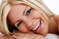 Attraktiv mit schönen weissen Zähnen durch Zahnärzte Weiden