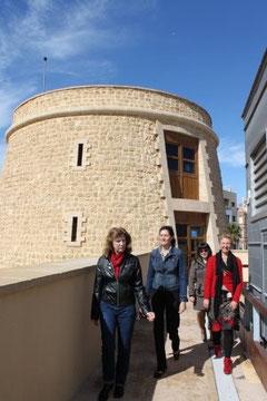 Las responsables de la muestra, junto a la Torre del Homenaje, convertido en 'Torreón Mágico'.