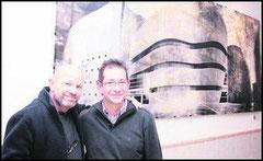 El fotógrafo Ilan Wolf y Carlos Lupiáñez junto a la imagen que éste realizó del Teatro Auditorio de Roquetas utilizando la técnica estenopéica.