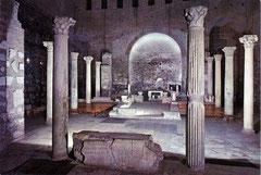 Treffpunkt der 40 Konzilsbischöfe: Die Domitilla-Katakomben. Die Gräber aus dem 1. und 2. Jahrhundert haben zum Teil christlichen Hintergrund. In den Begräbniskammern finden sich Fresken mit christlic