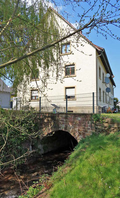 Das 12-Familien-Haus, der Keller war das erste Freibad das 1913 eröffnet wurde.