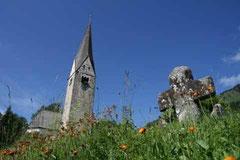 die älteste Kirche im Kleinwalsertal - die Pfarrkirche Mittelberg mit Sühnekreuz